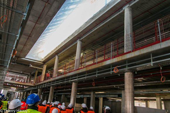 Allée centrale de la galerie commerçante : une verrière au plafond permet à de la lumière naturelle de rentrer.