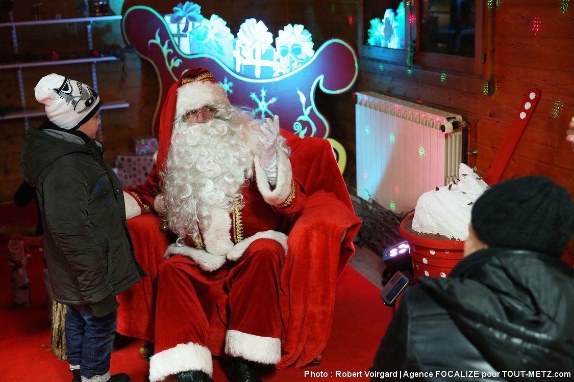Pas de période de Noël sans père Noël, et celui d'Amnéville Lumières a même son propre chalet en haut d'une petite colline ! Les enfants sont invités à venir saluer le vénérable bien installé dans son fauteuil, et à prendre quelques photos avant de quitter la chaleur du chalet, et de repartir à la découverte des ambiances lumineuses qui se font écho dans la pénombre. Au total, la balade complète, accessible aux petits comme aux grands (et pour l'essentiel aux PMR également), est évaluée à une trentaine de minutes.
