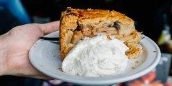 Сладости Амстердама: яблочный пирог с взбитыми сливками и корицей