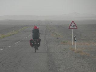 Traversee du desert, ici il y a peu d'iraniens qui peuvent t'inviter, mais plusieurs s'arretent pour s'assurer qu'on a assez d'eau !!!