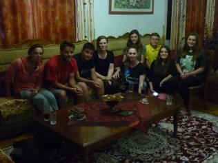 Soirée accompagnée au Kosovo, les ados parlent anglais couremmant grâce à la télé !!