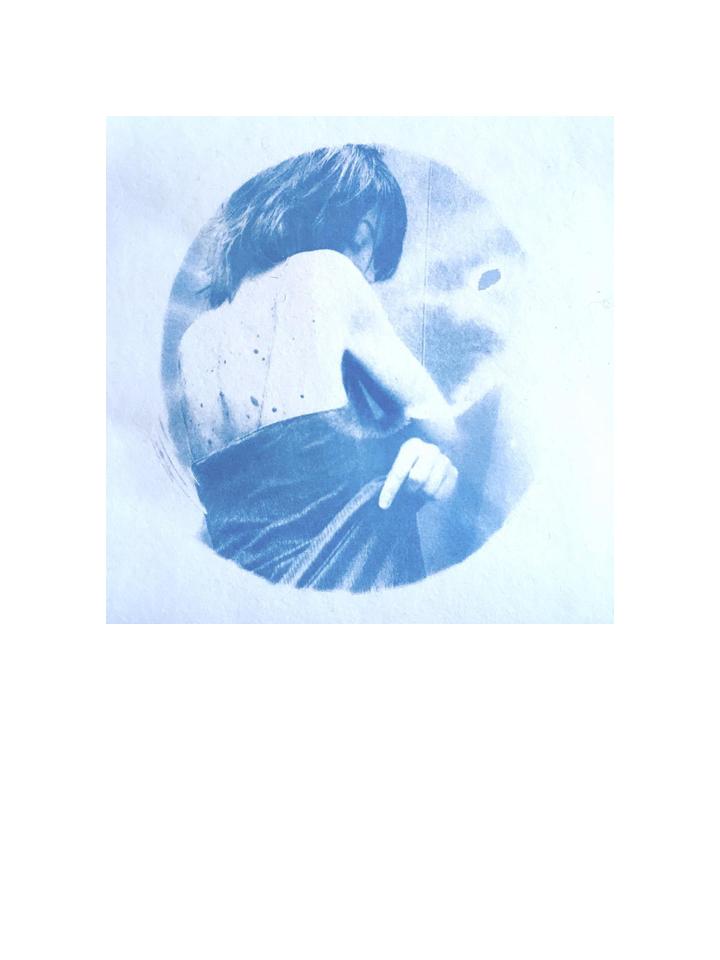 Photographie cyanotype modèle Dos nb par Anna Yurienen Gallego artiste photographe Gallego artiste photographe