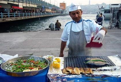 sreet-food-vendeur-de-poisson-grillé-istanbul