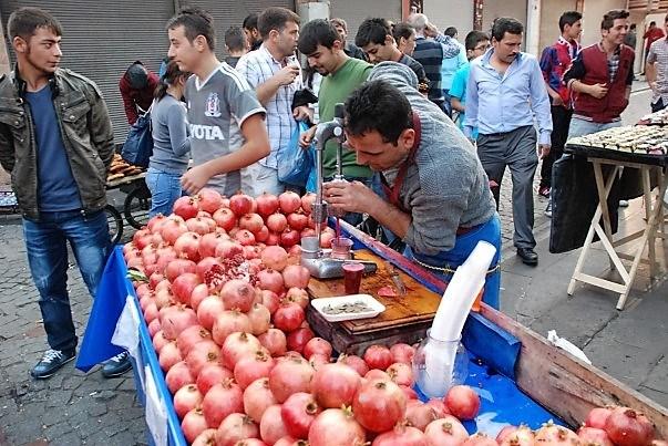 street-food-vendeur-de-grenade-istanbul