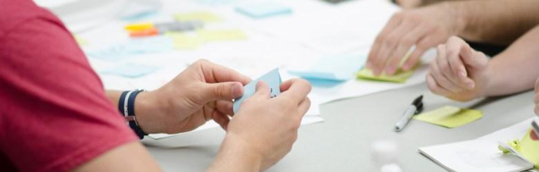 Workshopdeltagere skriver på post-its. Måske producerer de mikroindhold med ét-minut-metoden.