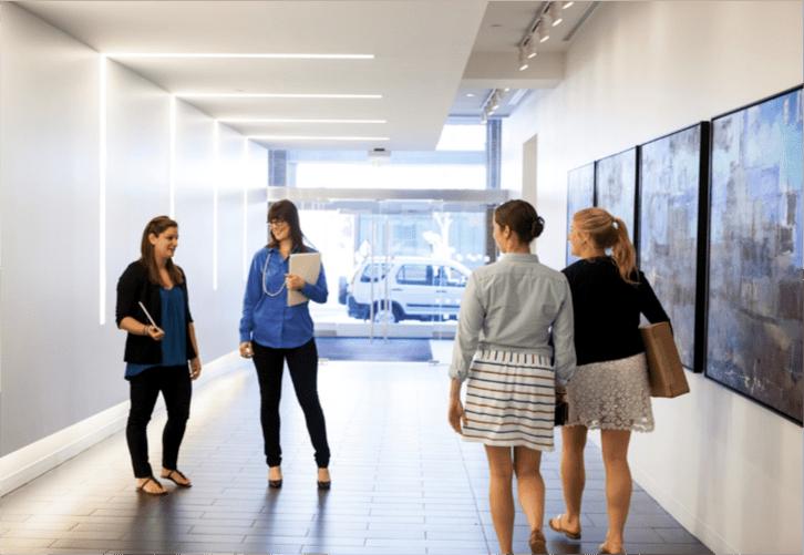 kontakt mellem fire mennesker i en korridor