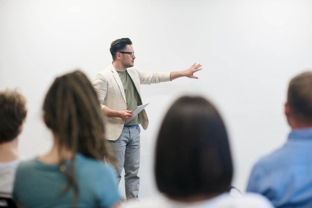 Kommunikationschef Henrik Varmark fortæller om præsentationen af en undersøgelse, der viste, at hans arbejdsplads har en lav kendskabsgrad.