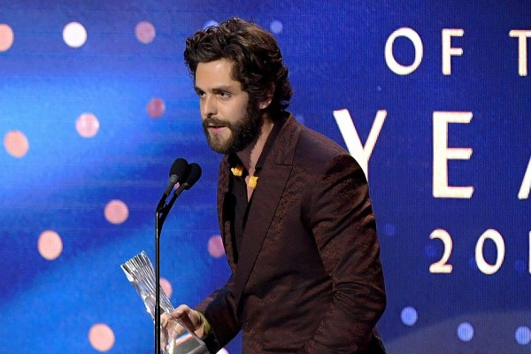 Thomas Rhett Pauses for Prayer at 2019 CMT Artists of the Year Ceremony