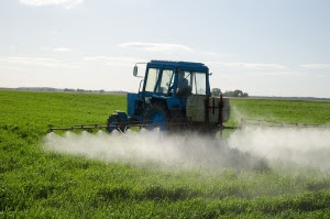 tractor-spraying-pesticides-toxicnow-com