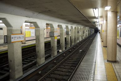 640px-Tokyo-Metro-Aoyama-itchome-Sta-04