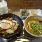 【絲cafe】うっ美味い!!ガパオ、フォー、コン ビー、どれも最高!富山市のおしゃれなカフェでエスニック料理を楽しむ