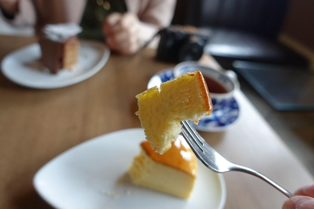 焼きチーズケーキを一口