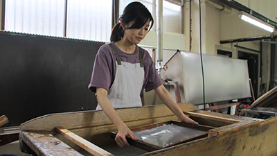 You can enjoy a traditional washi paper-making experience. The paper is 297mm x 420mm in size and you can take your work home with you! 伝統的な紙すき体験はとても人気。仕上がりサイズはA3。 出来上がった和紙はそのまま持ち帰れますよ!