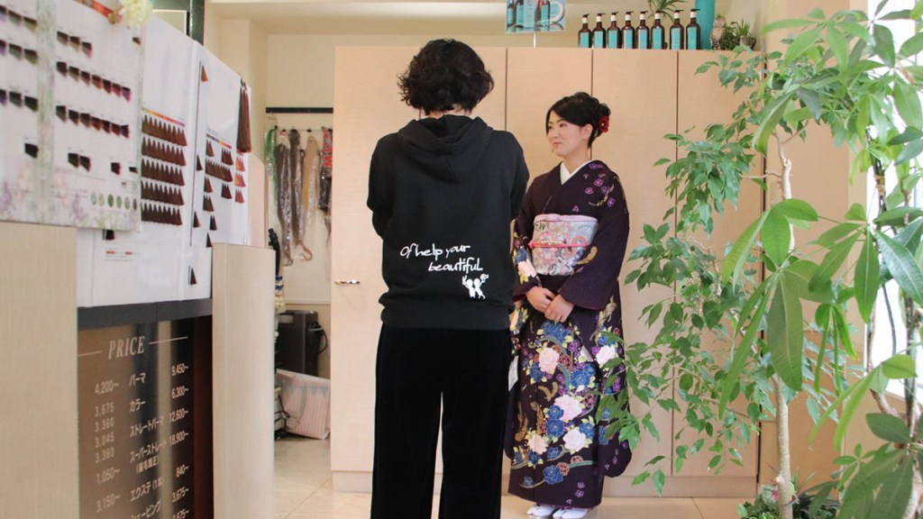 Women attending an adult ceremony will go to a hairdresser to wear kimonos. Hairdressers put on kimonos and put hair on them.