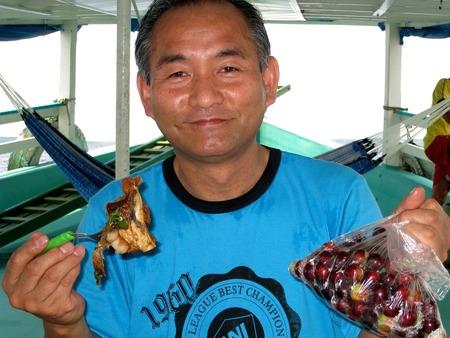 右手にカムカムの実を食べる魚肉と左手のカムカム