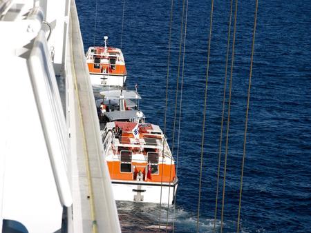 救命ボートが見える豪華客船2