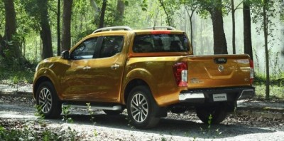 2015-Nissan-Navara-rear-in-jungle