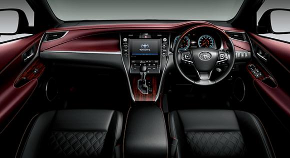 4WD。内装色のディープボルドーは設定色(ご注文時に指定が必要です。指定がない場合はブラックになります)。
