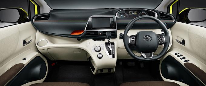 HYBRID G(7人乗り・2WD)。内装色はフロマージュ×ダークブラウン。オプション装着車。