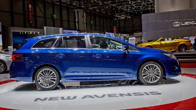 2019Toyota Avensis side view