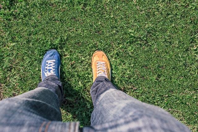 farklı renkte ayakkabılar