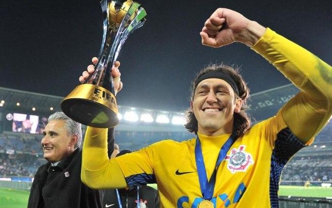 Goleiro Cassio com a taça do Mundial de Clubes de 2012