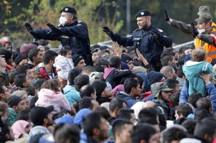 https://abrilexame.files.wordpress.com/2016/09/size_960_16_9_policiais-tentam-controlar-multidao-de-refugiados-na-fronteira-da-austria.jpg?quality=70&strip=info&w=920