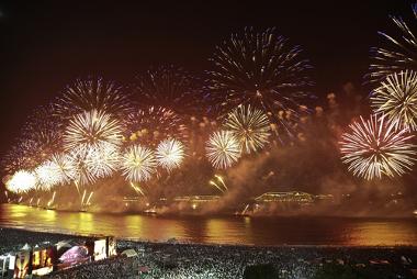 Uma das mais famosas festas de fogos de artifício é a de Copacabana, no Rio de Janeiro *