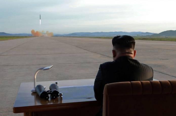 Kim Jong Um observa o lançamento de um míssil Hwasong-12 nesta foto sem data.