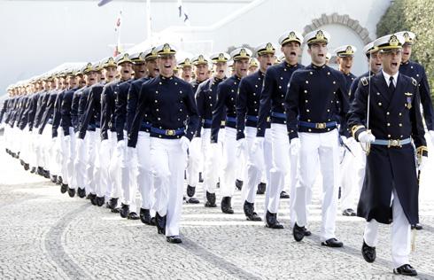 Aspirantes da Marinha desfilam em cerimônia na Escola Naval, localizada na Ilha de Villegagnon, no Rio de Janeiro (RJ)