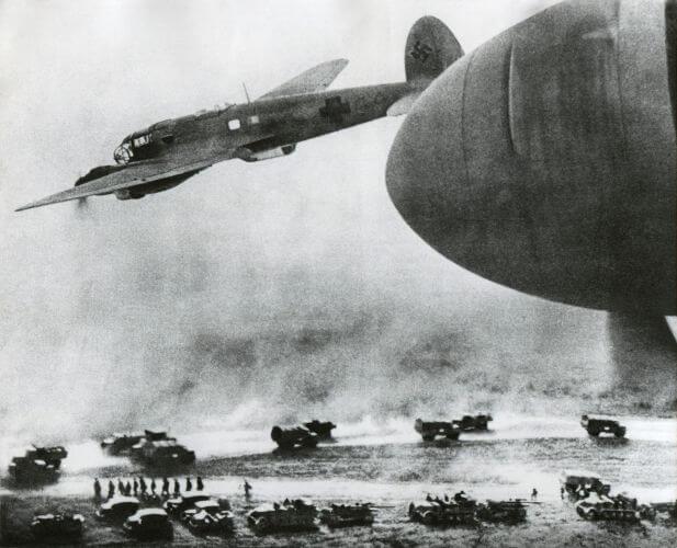 Tropas alemãs em movimento durante as primeiras horas da Operação Barbarossa.*