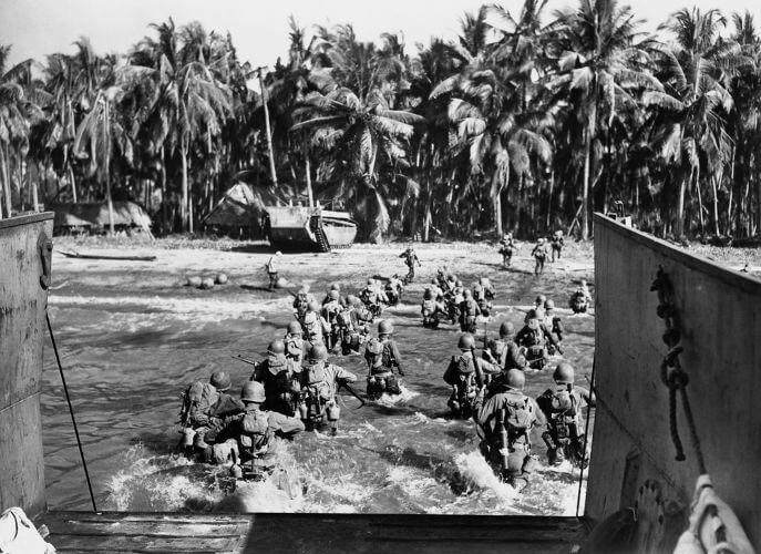 Tropas americanas em ação durante combate na Guerra do Pacífico.