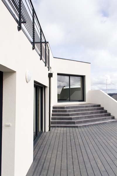 contemporaine en demi niveau basse consommation exterieur. Black Bedroom Furniture Sets. Home Design Ideas