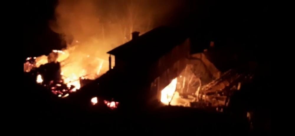 Trabzon'un Araklı ilçesi Taşgeçit mahallesinde yangın