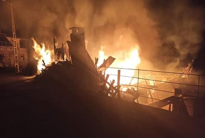 Ahşap köy evi yanarak kül oldu