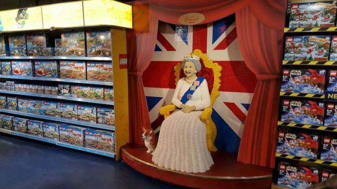 """""""The Queen"""" en Lego, grandeur nature, au magasin Hamleys, un des plus grands magasins de jouets au monde"""