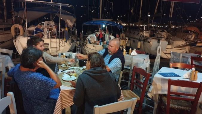 Petite taverne sur le port de Poros