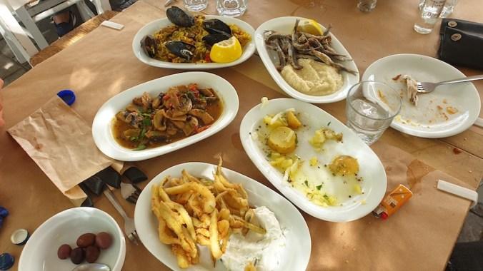 Mezzé : olives, courgettes frites, champignons, moules, anchois frits et Purée à l'ail (skordalia), anchois marinés
