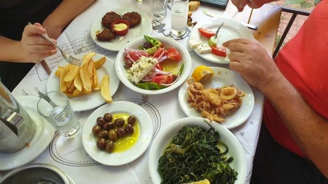 Mezzé : salade cuite (Horta), olives, calamars frits, salade grecque (Horiatiki), Boulettes de courgettes (Kolokitho Keftedes), frites