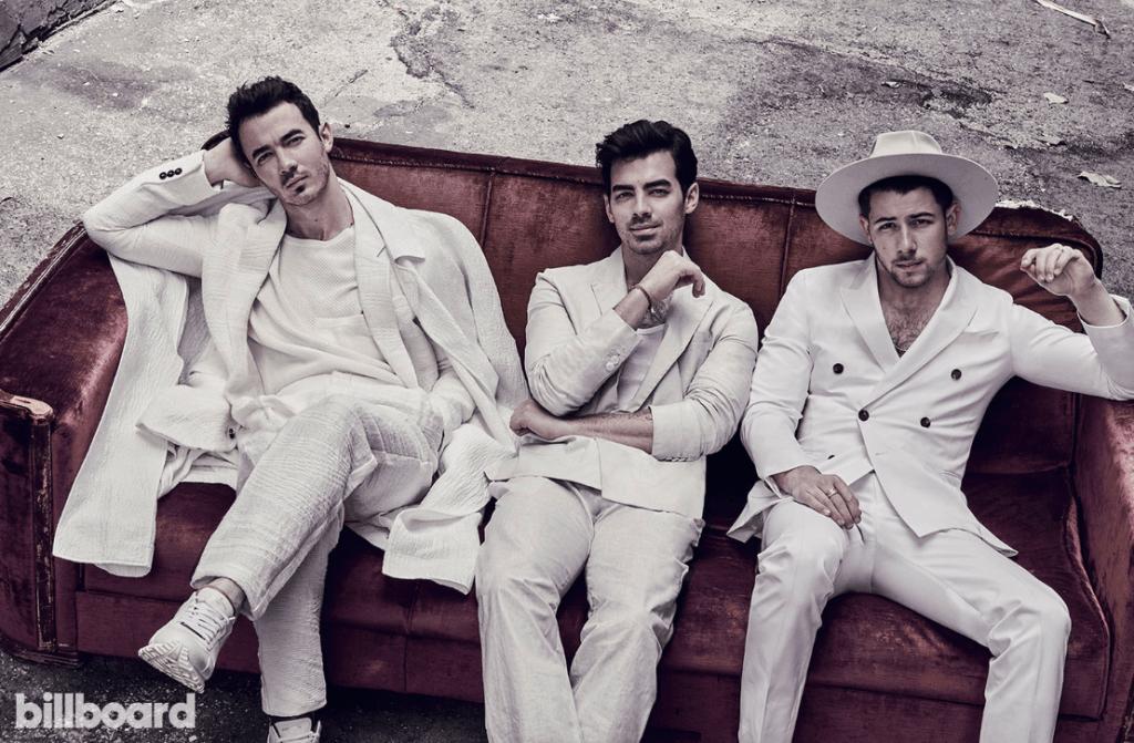 Jonas Brothers todos vestidos de branco em ensaio para a Billboard.