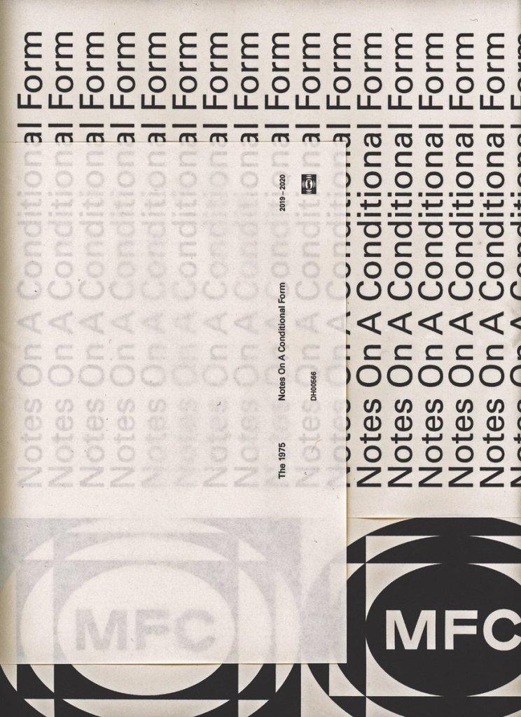 Capa de Notes On A Conditional Form, divulgada pelo vocalista Matty Healy do The 1975. A arte apresenta palavras na vertical que forma o título do disco.