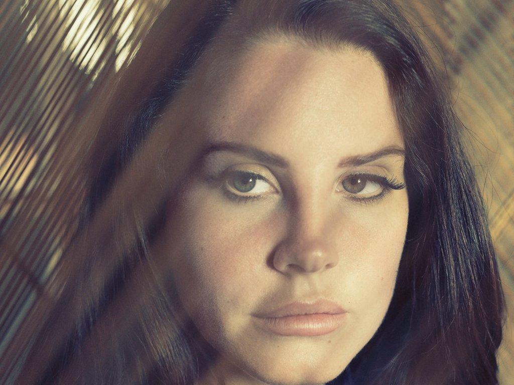 Lana Del Rey, fotografada para sua entrevista ao jornal The New York Times. Na foto, o rosto de Lana é focado num close.