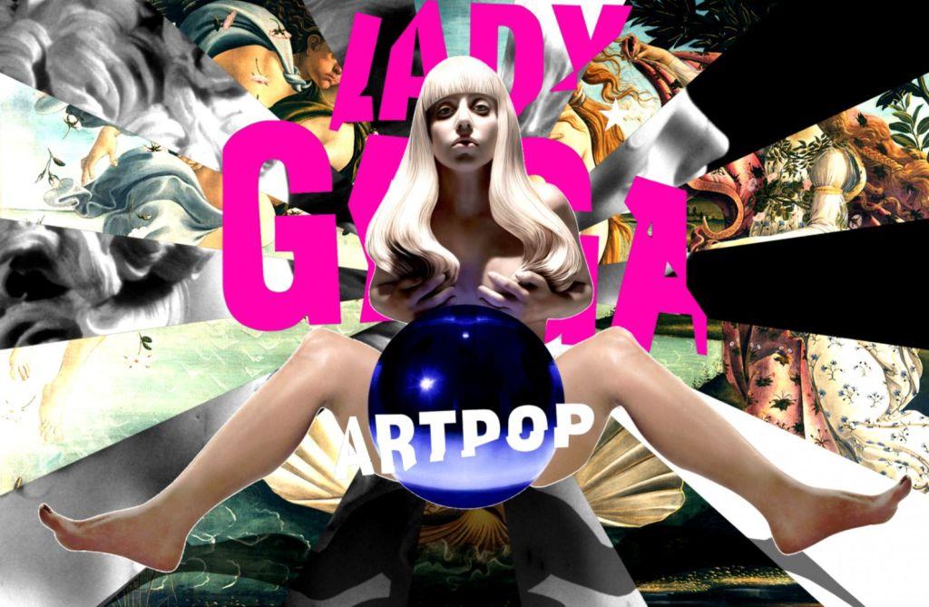 Capa do álbum ARTPOP, de lady gaga. a cantora está no centro, com as pernas abertas e uma bola prateada entre elas. em cima da bola está no nome