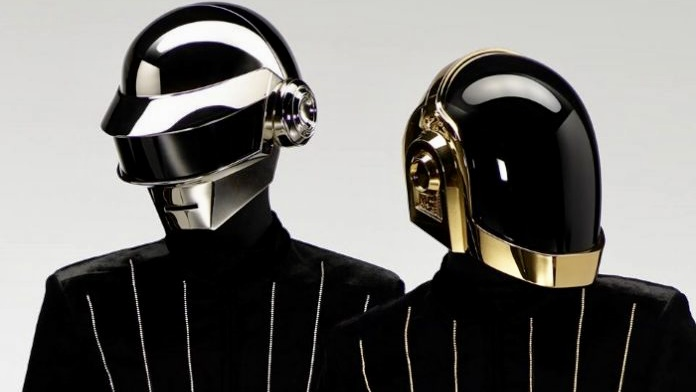 Na foto, destacando o fim da dupla Daft Punk, aparecem duas pessoas com capacetes. A do lado esquerdo está mais atrás vestindo um capacete prata, enquanto a da direita, mais à frente, está usando um capacete dourado.