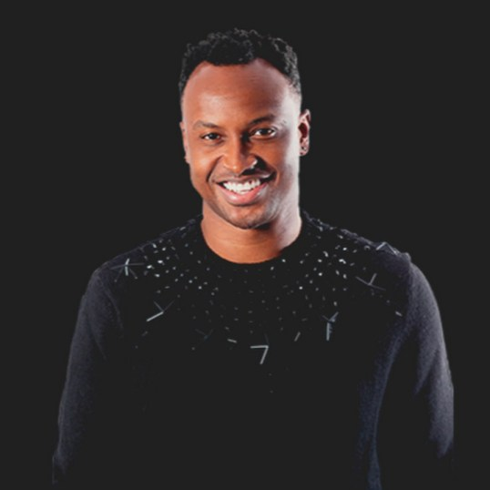 Thiaguinho já foi atração musical da final do programa bbb. O cantor usa camisa preta com pedra na gola