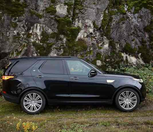 2018 land rover discovery black sideview
