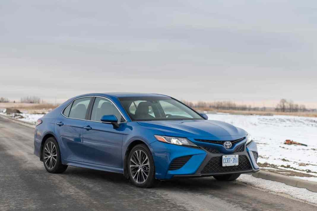 2018 toyota camry se review blue front