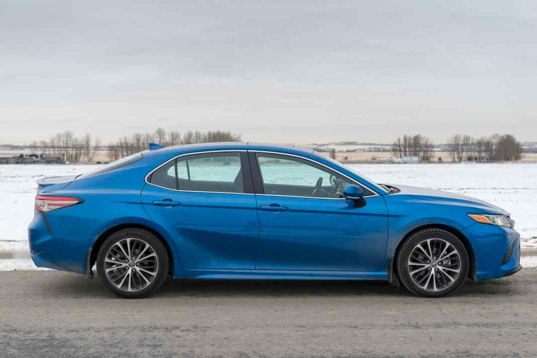 2018 toyota camry se review blue sideview