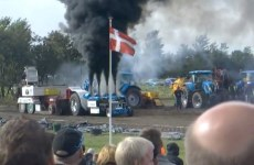 ce tracteur pulling degage un peu trop de fumée
