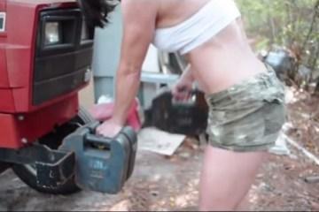 Cette belle mère de 47 ans tire son tracteur pour s'entraîner
